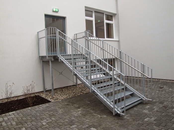 scari exterioare drepte.JPG